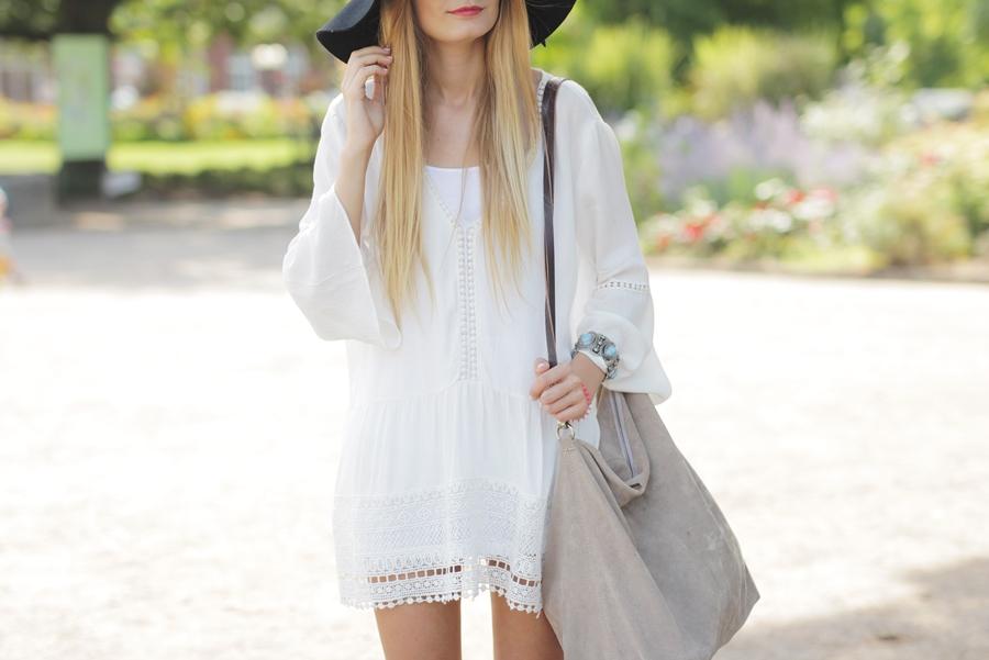 White Dress & Gladiator Sandalen 9