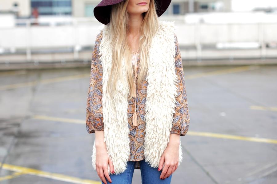 Deutscher-Modeblog-German-Fashion-Blog-Black-Outfit-Boho-Fake-Fur-Weste-1