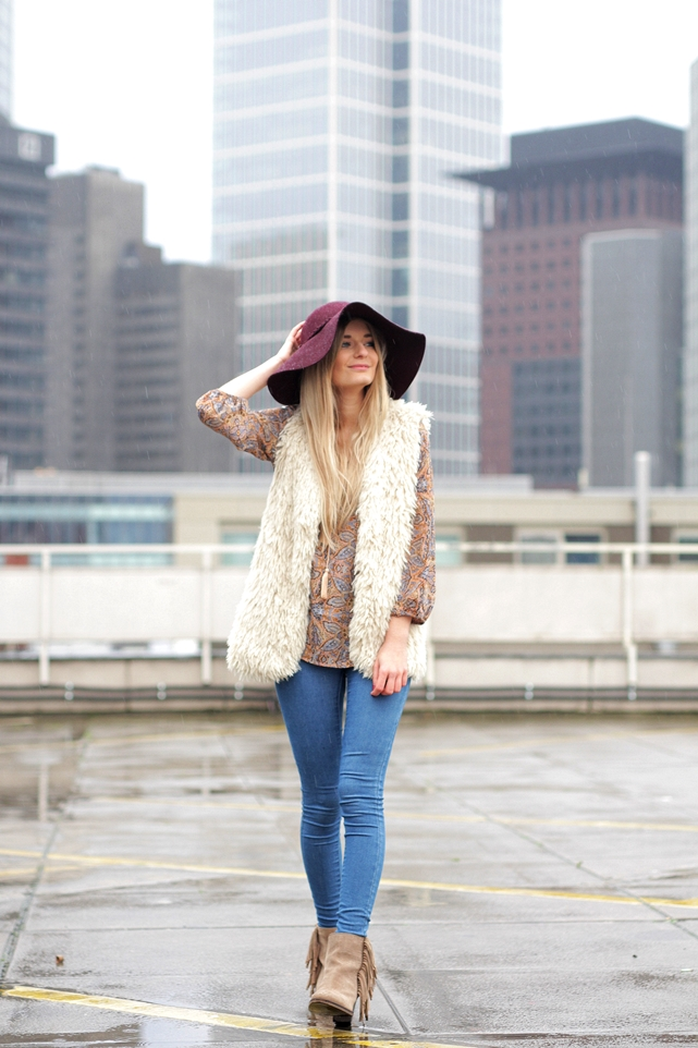 Deutscher-Modeblog-German-Fashion-Blog-Black-Outfit-Boho-Fake-Fur-Weste-3