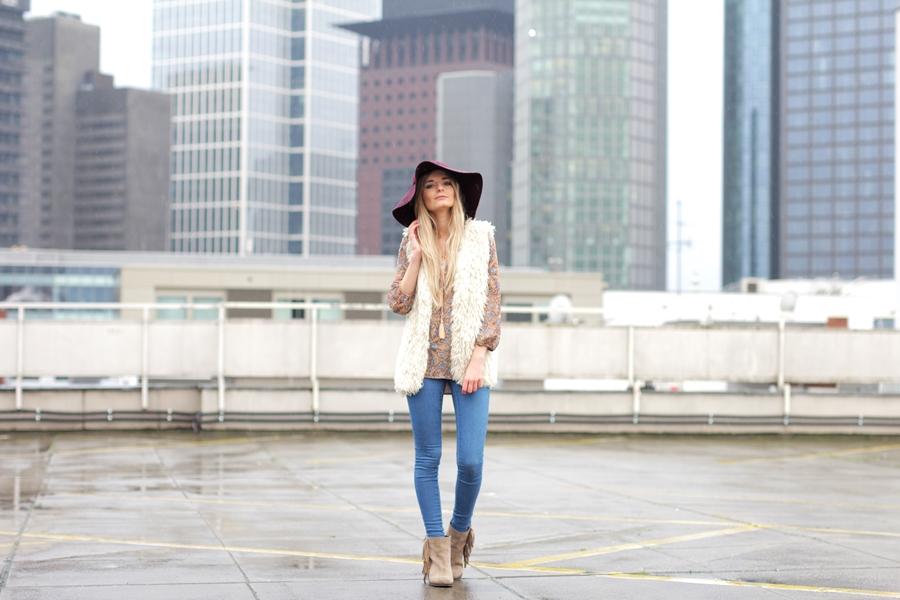 Deutscher-Modeblog-German-Fashion-Blog-Black-Outfit-Boho-Fake-Fur-Weste-4