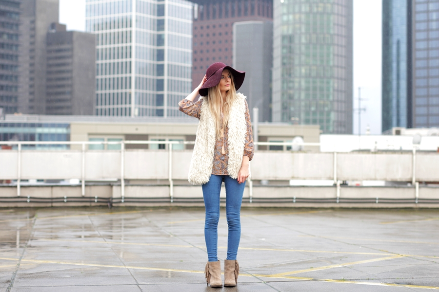 Deutscher-Modeblog-German-Fashion-Blog-Black-Outfit-Boho-Fake-Fur-Weste-5