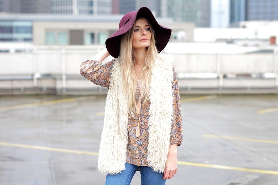 Deutscher-Modeblog-German-Fashion-Blog-Black-Outfit-Boho-Fake-Fur-Weste-7