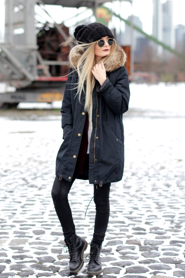 Deutscher-Modeblog-German-Fashion-Blog-Black-Outfit-Winterjacke-Mütze-Doc-Martens-2