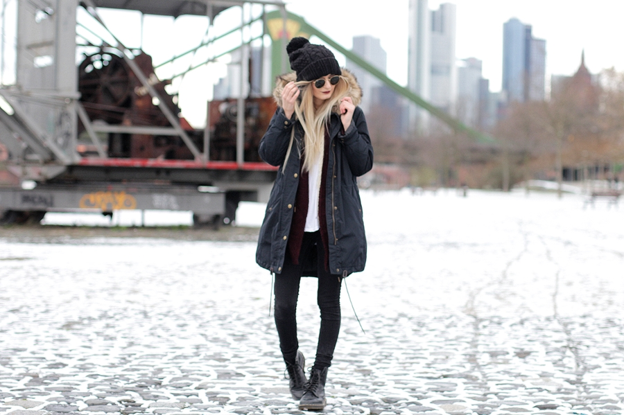 Deutscher-Modeblog-German-Fashion-Blog-Black-Outfit-Winterjacke-Mütze-Doc-Martens-5