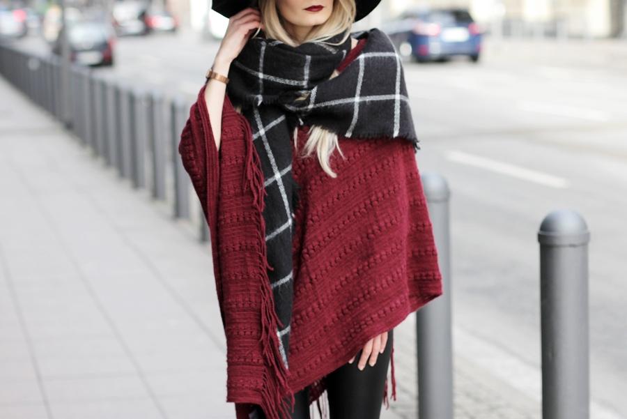 Deutscher-Modeblog-German-Fashion-Blog-Rotes-Cape-Poncho-Lederleggings-Outfit-12