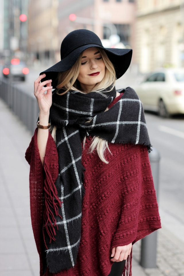 Deutscher-Modeblog-German-Fashion-Blog-Rotes-Cape-Poncho-Lederleggings-Outfit-15