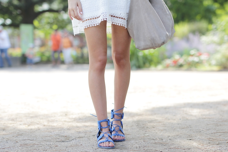 White Dress & Gladiator Sandalen 10