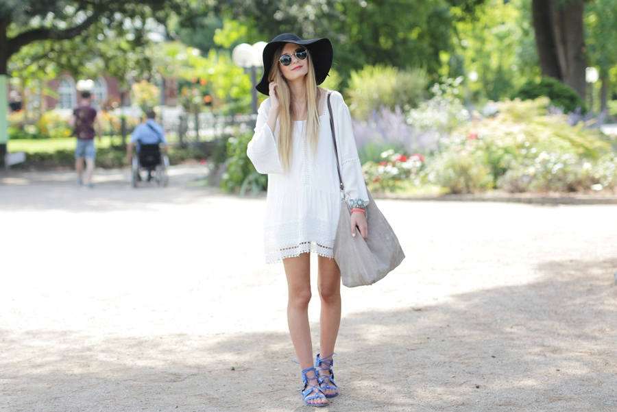 White Dress & Gladiator Sandalen 4