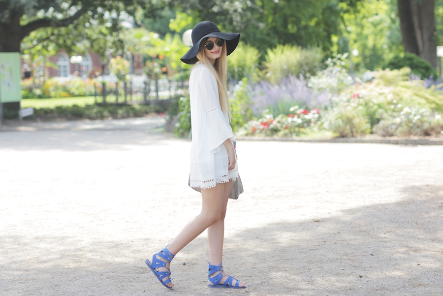 White Dress & Gladiator Sandalen 5