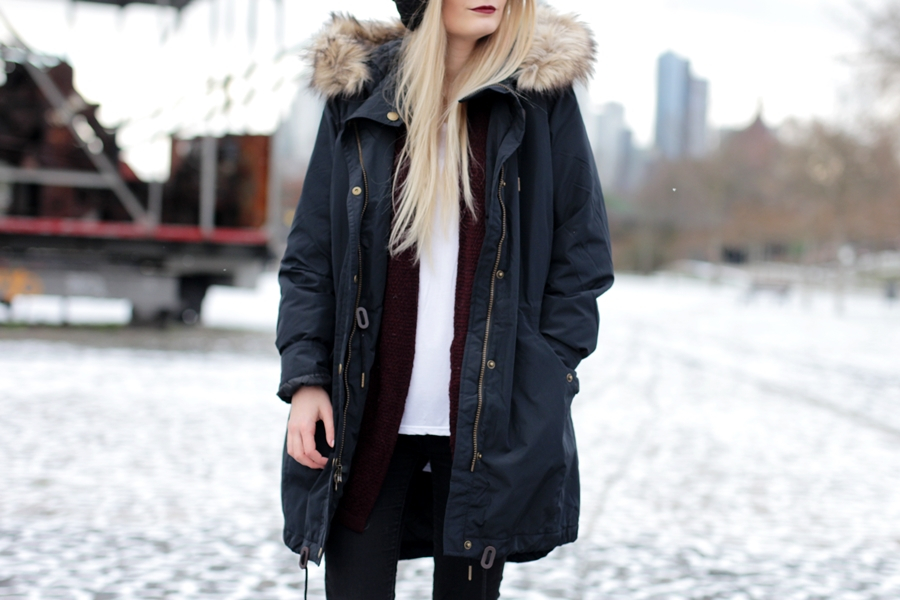Deutscher-Modeblog-German-Fashion-Blog-Black-Outfit-Winterjacke-Mütze-Doc-Martens-11