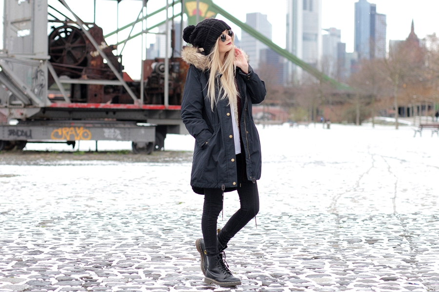 Deutscher-Modeblog-German-Fashion-Blog-Black-Outfit-Winterjacke-Mütze-Doc-Martens-4