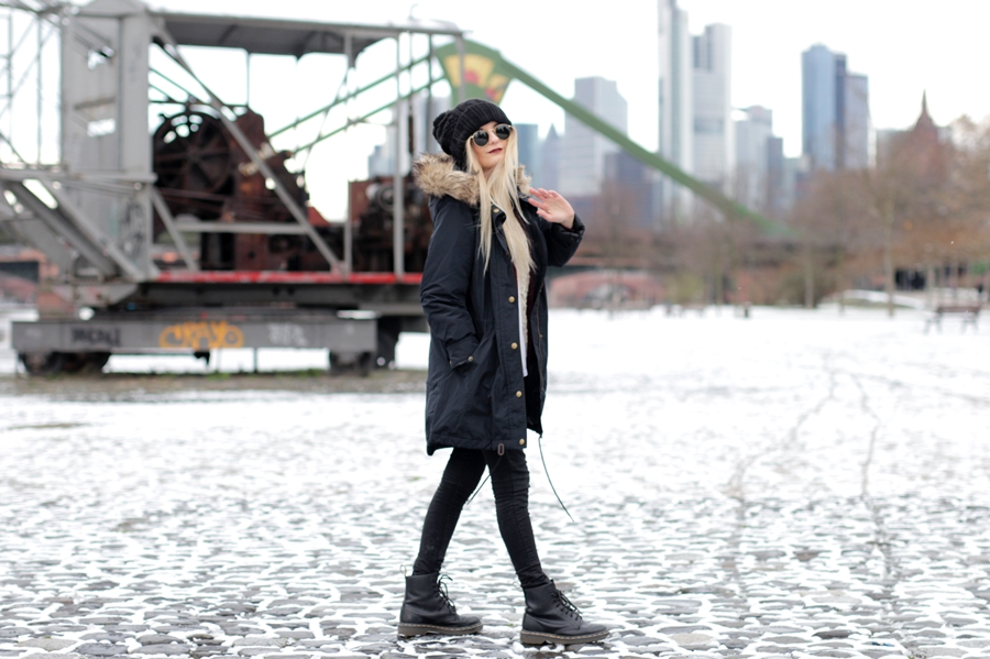 Deutscher-Modeblog-German-Fashion-Blog-Black-Outfit-Winterjacke-Mütze-Doc-Martens-6