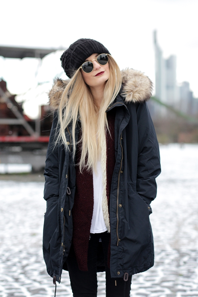 Deutscher-Modeblog-German-Fashion-Blog-Black-Outfit-Winterjacke-Mütze-Doc-Martens-7