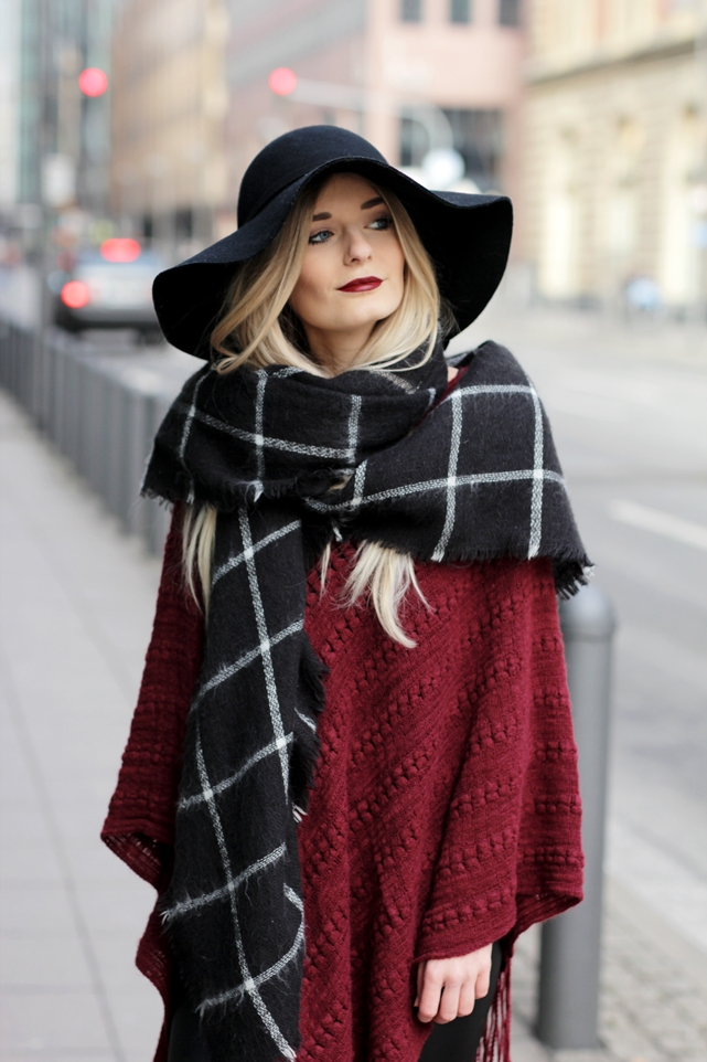 Deutscher-Modeblog-German-Fashion-Blog-Rotes-Cape-Poncho-Lederleggings-Outfit-10