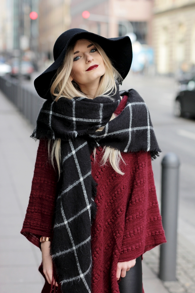 Deutscher-Modeblog-German-Fashion-Blog-Rotes-Cape-Poncho-Lederleggings-Outfit-11