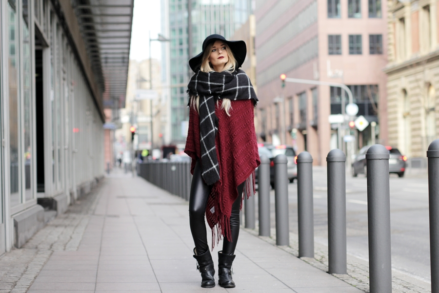 Deutscher-Modeblog-German-Fashion-Blog-Rotes-Cape-Poncho-Lederleggings-Outfit-4