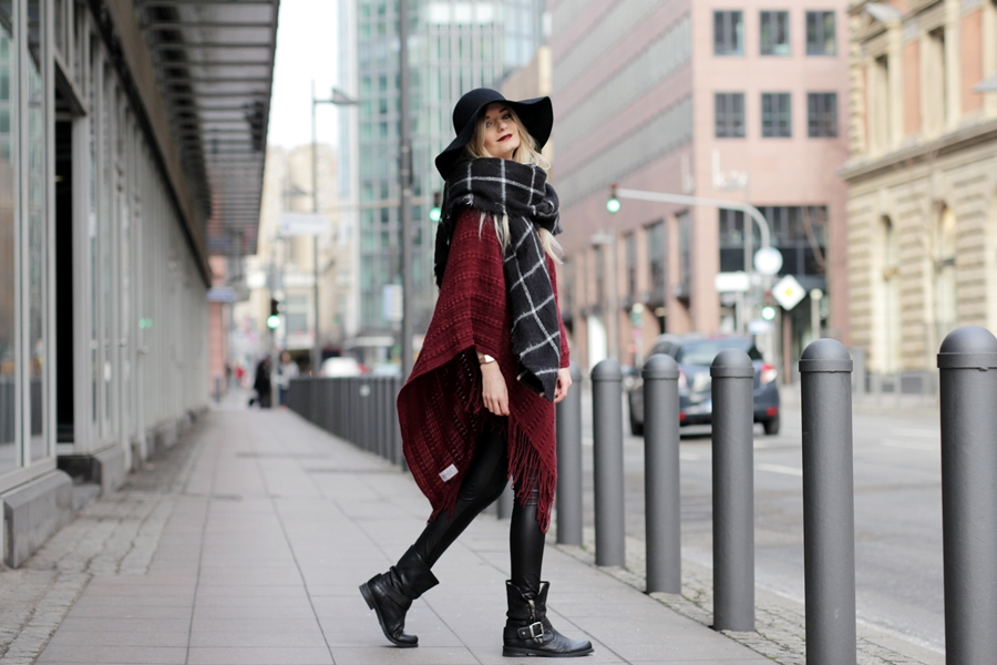 Deutscher-Modeblog-German-Fashion-Blog-Rotes-Cape-Poncho-Lederleggings-Outfit-6