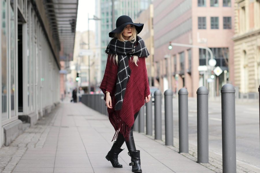 Deutscher-Modeblog-German-Fashion-Blog-Rotes-Cape-Poncho-Lederleggings-Outfit-7
