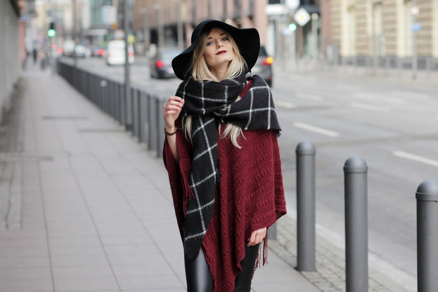 Deutscher-Modeblog-German-Fashion-Blog-Rotes-Cape-Poncho-Lederleggings-Outfit-8